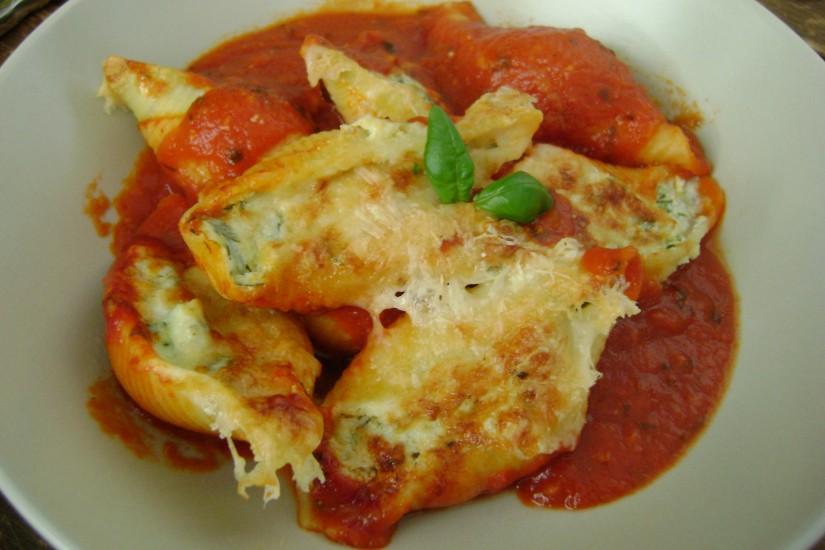 Gevulde pastaschelpen met ricotta, courgette en citroen, in tomatensaus