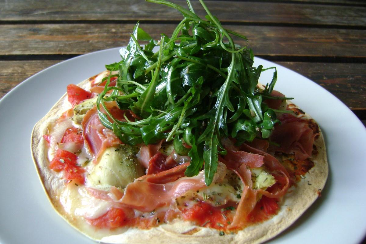 Pizza van wraptortilla met artisjok en serranoham