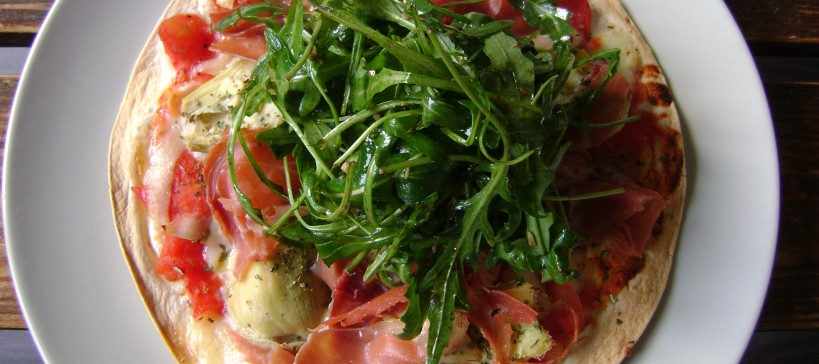 Pizza van wraptortilla met artisjok, van bovenaf