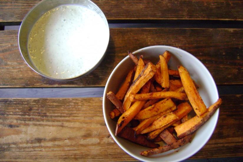 Zoete aardappel frietjes met geitenkaasdip