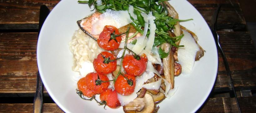 Risotto met regenboogforel, paddenstoelen, cherrytomaatjes uit de oven en rucolasalade1
