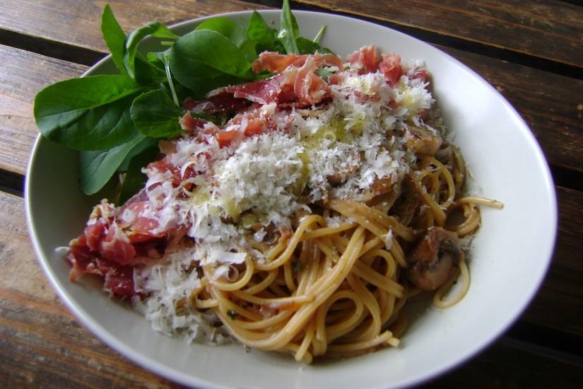Spaghetti met serranoham en tijmchampignons in rodeportsaus