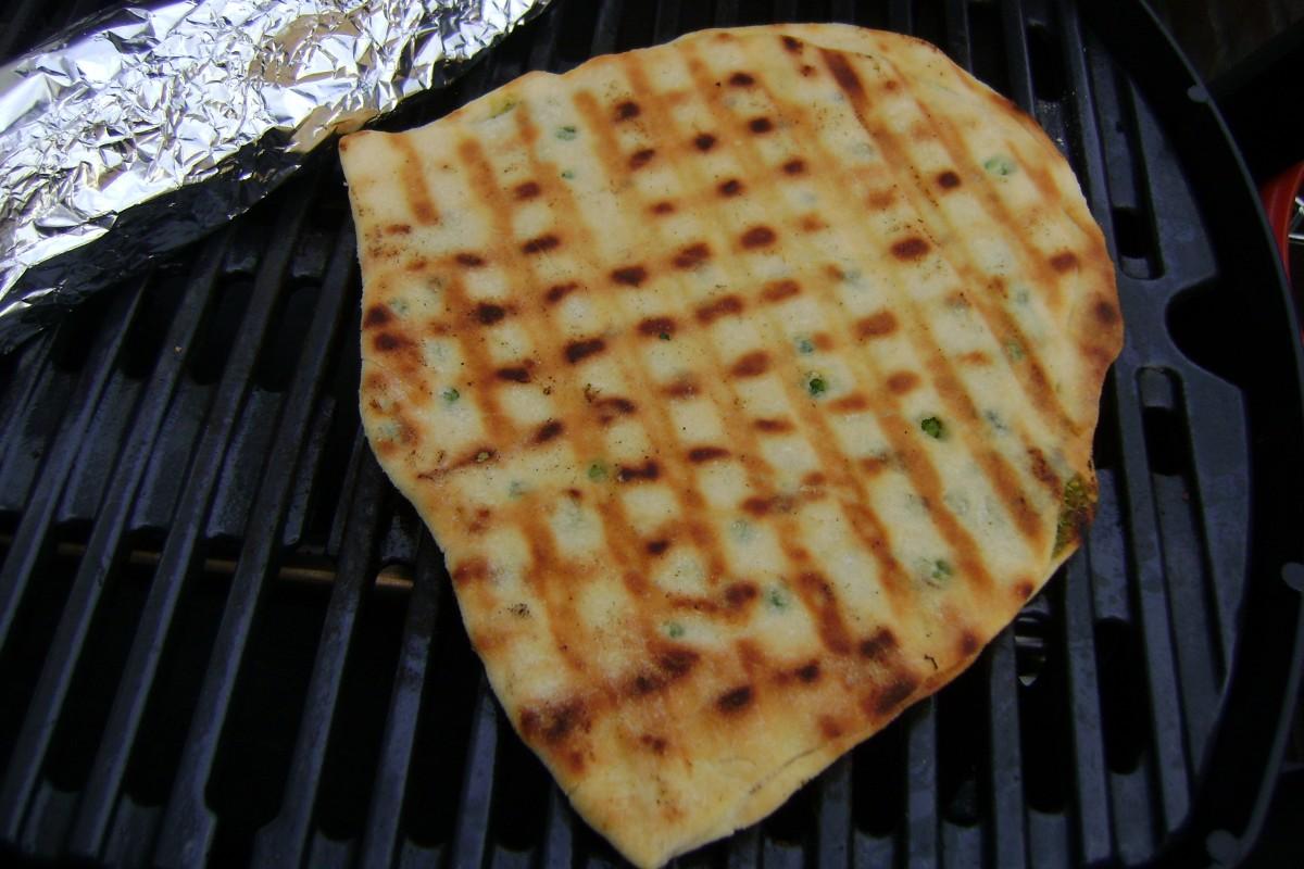 Platbrood met doperwt-munt vulling