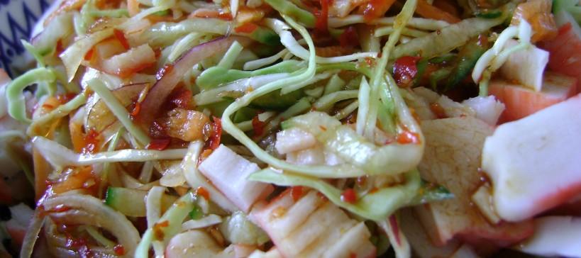 Aziatische salade met soja sambal dressing, tekstfoto