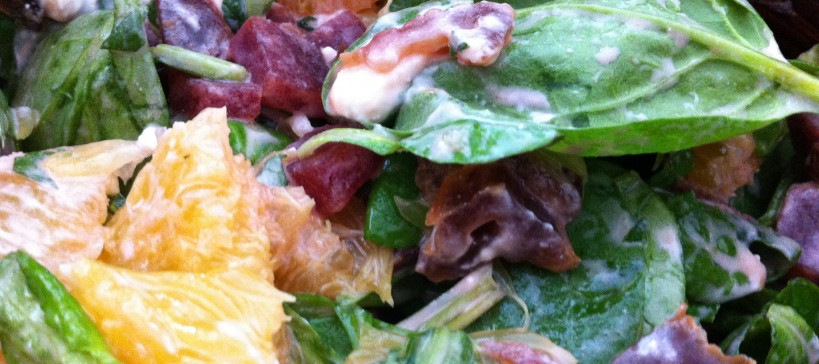 Rode biet, sinaasappel, geitenkaas saladeRode biet, sinaasappel, geitenkaas salade, tekstfoto