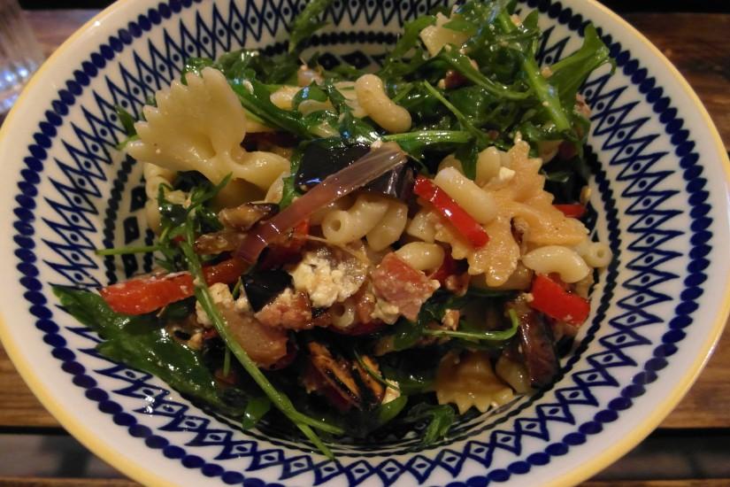 Pastasalade met gegrilde groenten, feta en spekjes, hoofd
