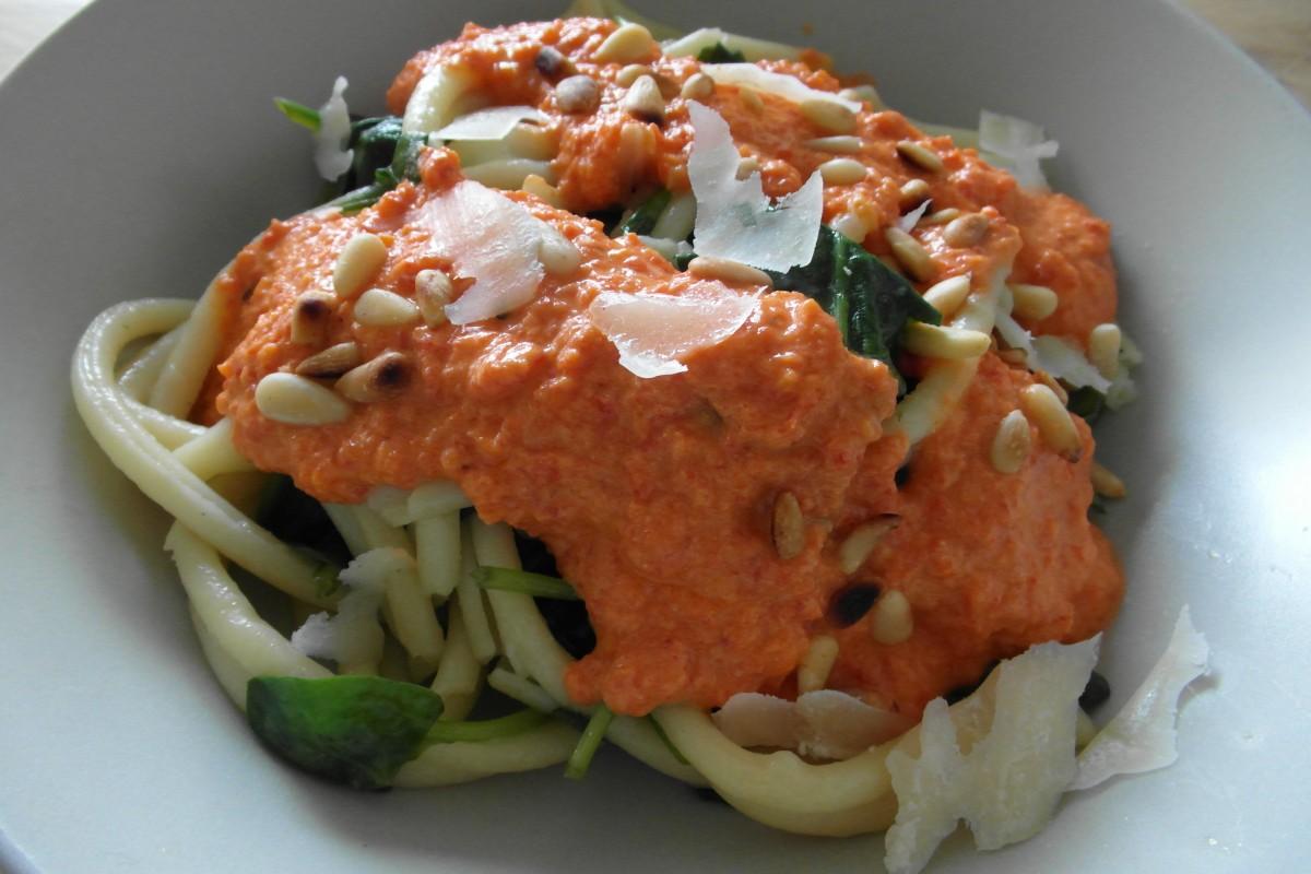 Pasta met saus van geroosterde paprika en ricotta, hoofd