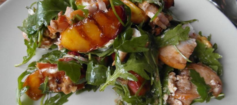 Salade met gegrilde perzik en gerookte kip