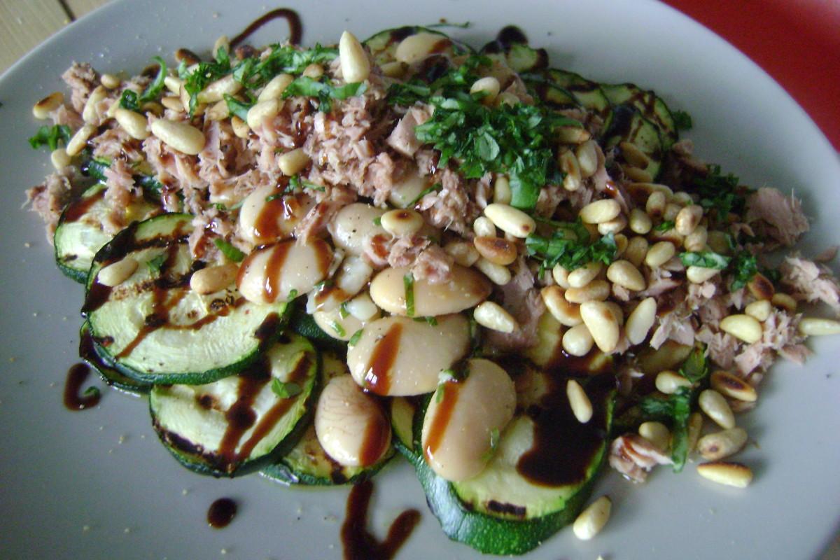 Lauwwarme salade met courgette, lima bonen en tonijn, hoofd