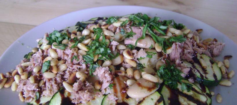 Lauwwarme salade met courgette, lima bonen en tonijn
