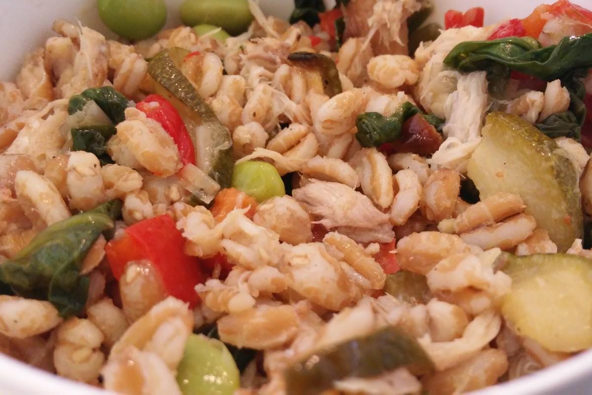 Farro maaltijdsalade met gerookte makreel