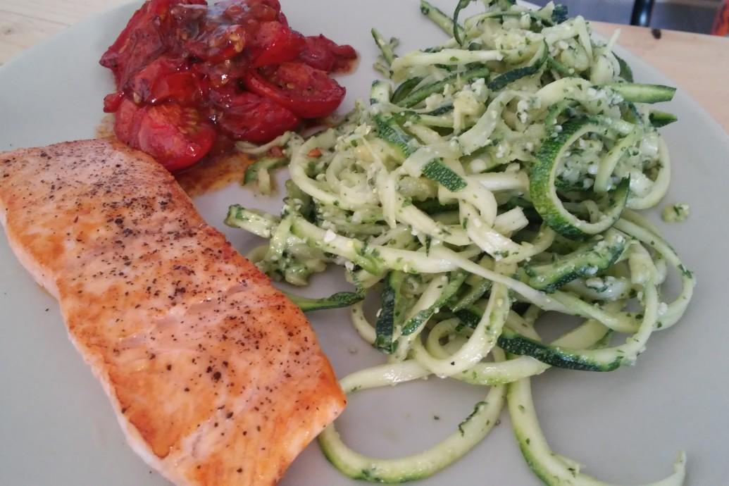 Gebakken zalm met pesto-courgetti en oven tomaatjes