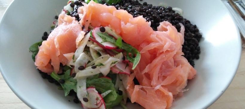 Venkel-radijs salade met gerookte zalm en beluga linzen, tekst