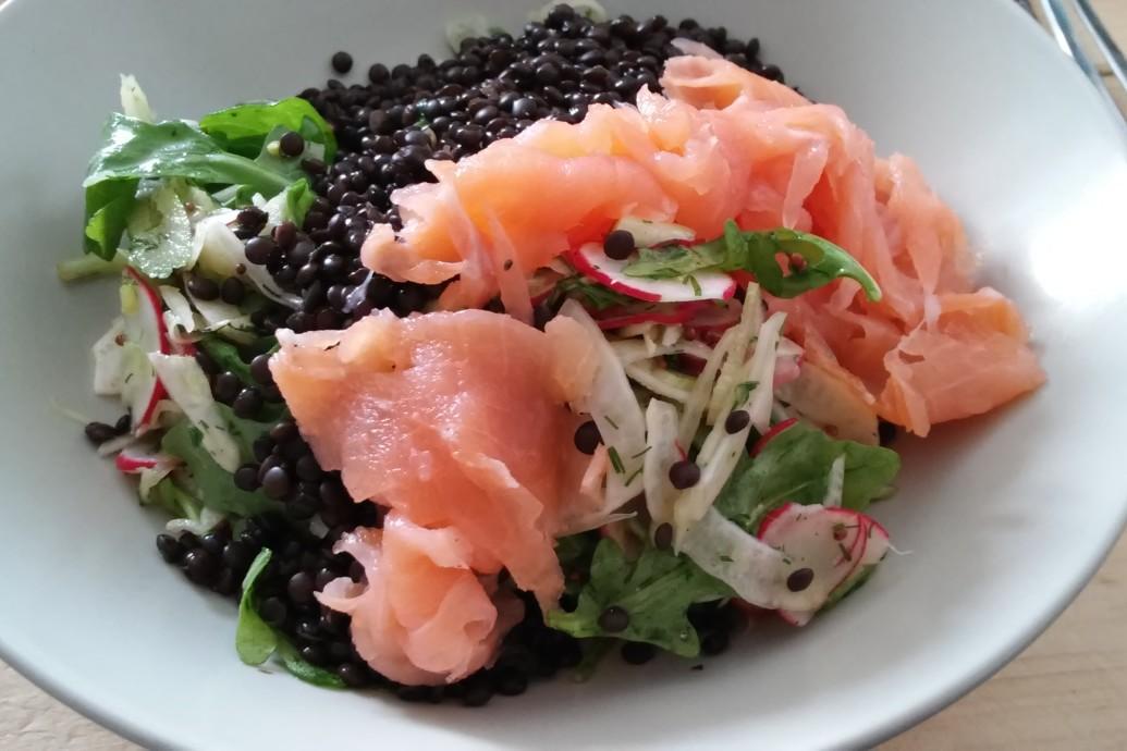 Venkel-radijs salade met gerookte zalm en beluga linzen